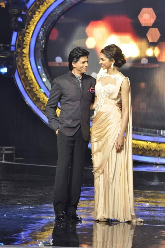 SRK And Deepika Cozy Look During The Promotion Of Chennai Express On The Sets Of Indian Idol Junior