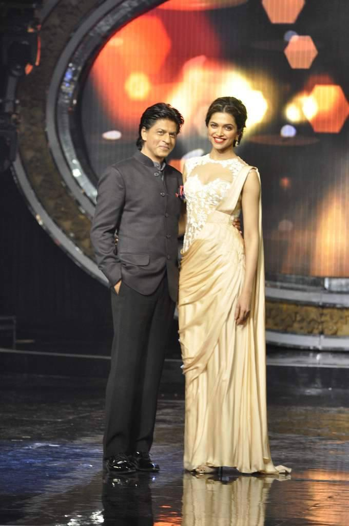 SRK And Deepika Posed During The Promotion Of Chennai Express On The Sets Of Indian Idol Junior