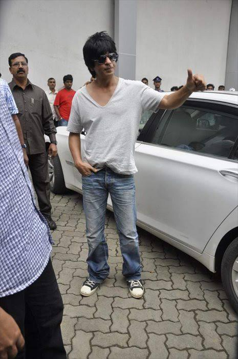 SRK Arrived On The Sets Of Indian Idol Junior For Promoting The Chennai Express