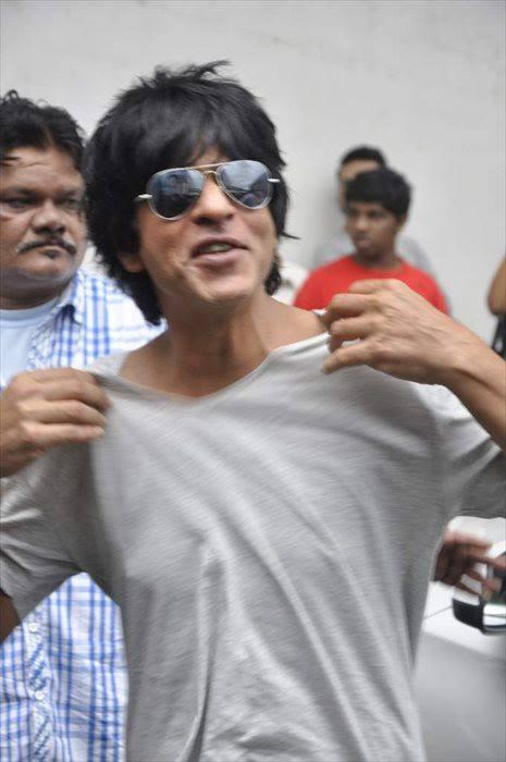 SRK Stylish Cool On The Sets Of Indian Idol Junior During The Promotion Of Chennai Express