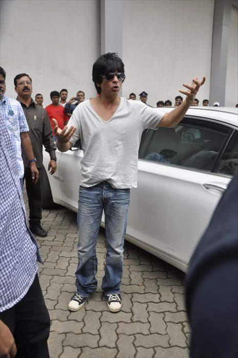 SRK Visits On The Sets Of Indian Idol Junior For Promoting The Chennai Express Movie