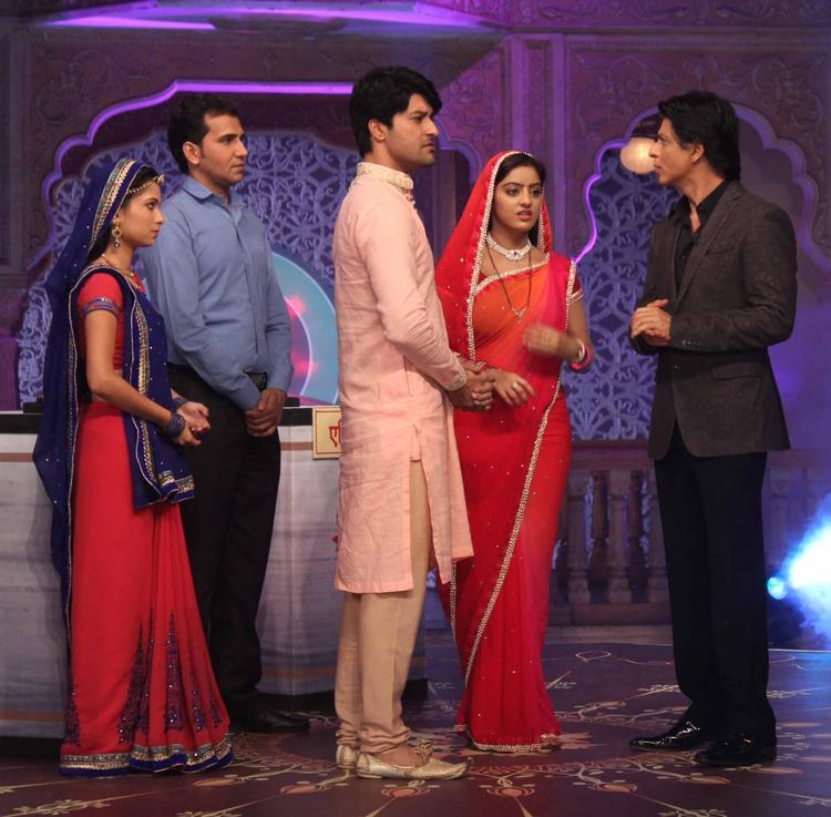 Pooja,Anas,Deepika Singh And SRK During The Promotion Of Chennai Express On The Sets Of Diya Aur Baati Hum