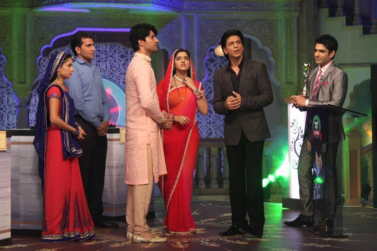 Pooja,Anas,Deepika Singh And SRK Graced During The Promotion Of Chennai Express On The Sets Of Diya Aur Baati Hum