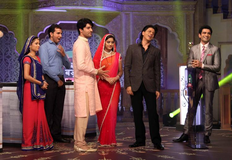 Pooja,Anas,Deepika Singh And SRK Posed For Camera During The Promotion Of Chennai Express On The Sets Of Diya Aur Baati Hum
