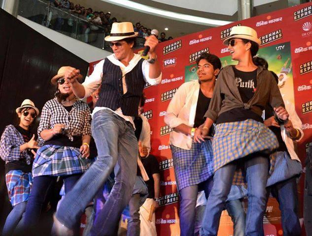 Shahrukh Khan Danced With Fans At Fun Cinemas In Bhopal During The Promotion Of Chennai Express