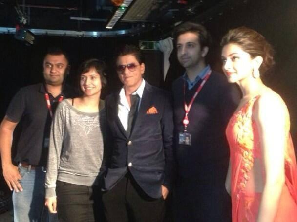 SRK And Deepika Posed For Camera During Chennai Express Premiere At Cineworld Feltham In London