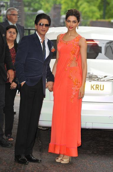 SRK And Deepika Posed For Camera During The Promotion Of Chennai Express At Cineworld Feltham In London