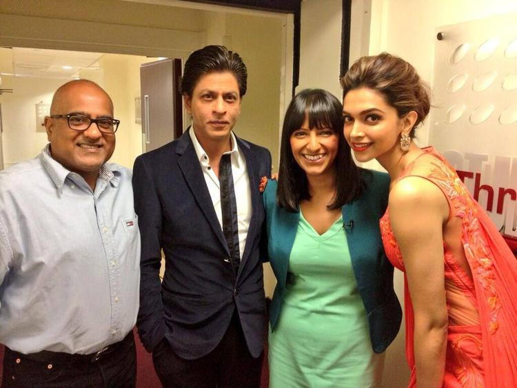 SRK And Deepika Posed With Fans During Chennai Express Premiere At Cineworld Feltham In London