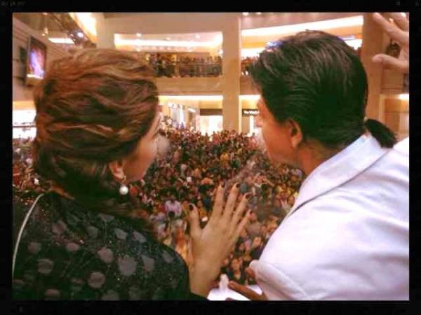 Deepika And SRK Cool Chatting During The Promotion Of Chennai Express In Dubai