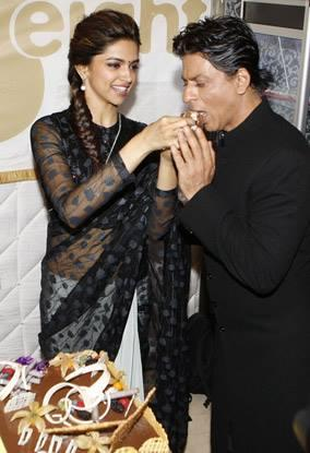 Deepika Feeds Cake To SRK During The Promotion Of Chennai Express At Dubai