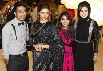 Deepika Posed With Fans During The Promotion Of Chennai Express At Dubai
