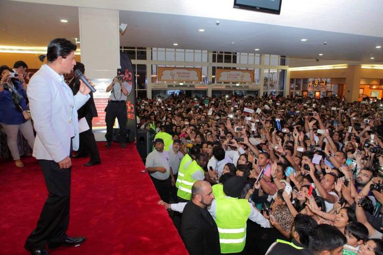 SRK Addresses The Fans During The Promotion Of Chennai Express At Dubai