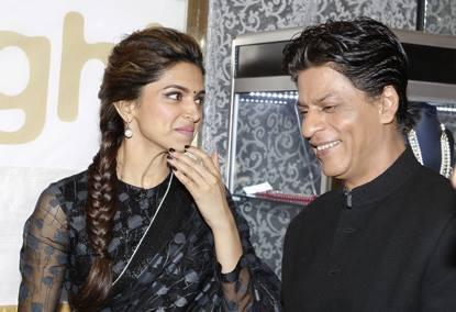 SRK And Deepika Cool Smiling Look During The Promotion Of Chennai Express At Dubai
