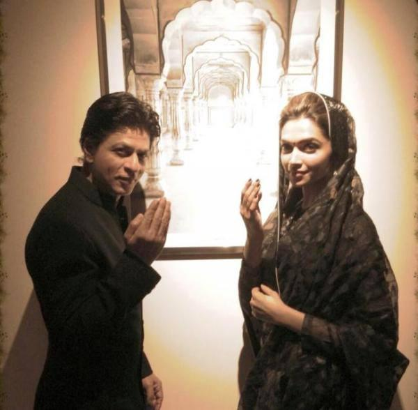 SRK And Deepika Salaam Pose At Dubai During The Promotion Of Chennai Express