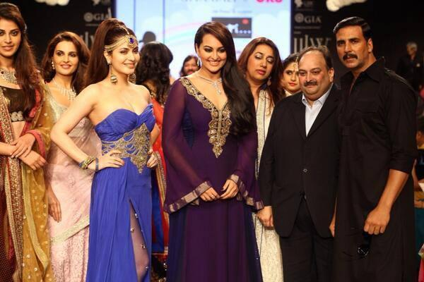 Akshay And Sonakshi Walk The Ramp As Showstopper For Gitanjali Gems Show At IIJW