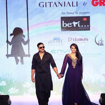 Akshay Kumar And Sonakshi Sinha Walked The Ramp For Gitanjali Jewels At IIJW 2013