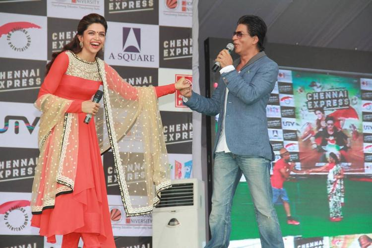 Deepika And SRK Cool Looked On The Stage During The Promotion Of Chennai Express At LPU In Jalandhar
