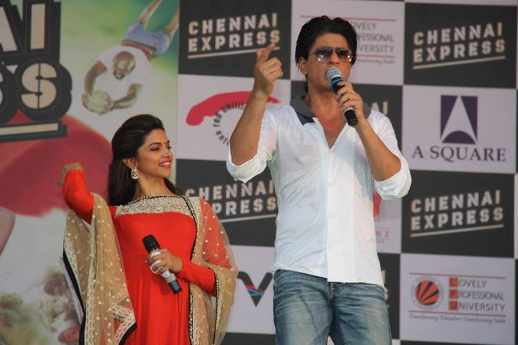 Deepika And SRK Dazzled On The Stage During The Promotion Of Chennai Express At LPU In Jalandhar