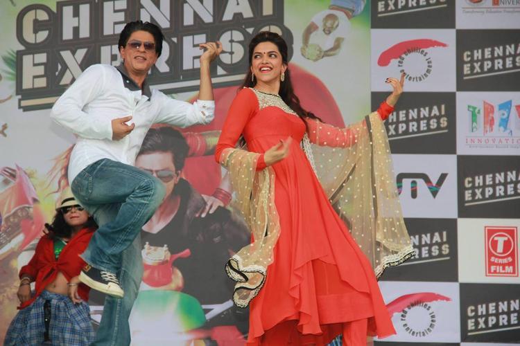 SRK And Deepika Danced During The Promotion Of Chennai Express At LPU In Jalandhar