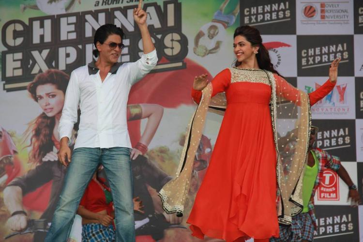 SRK And Deepika Performed During The Promotion Of Chennai Express At LPU In Jalandhar