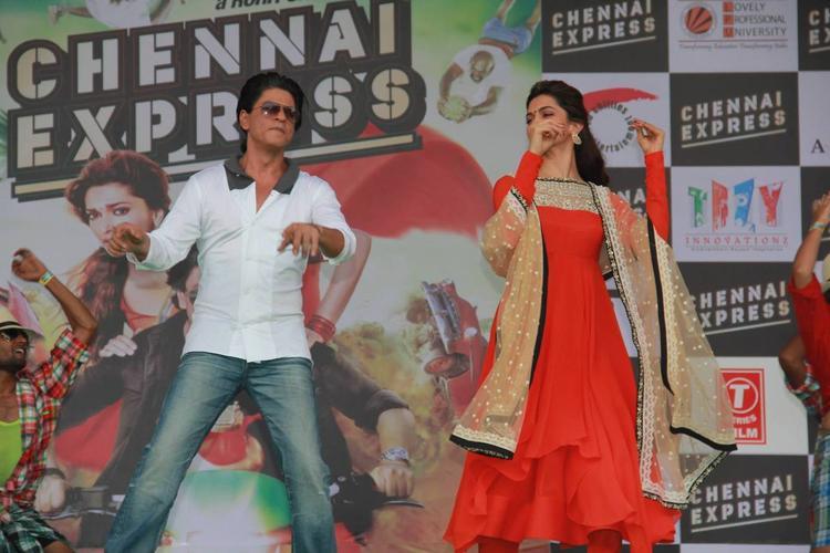 SRK And Deepika Promote Their Upcoming Flick Chennai Express At LPU In Jalandhar