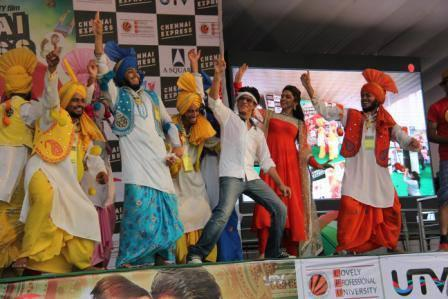SRK And Deepika Rocked With LPU Students During The Promotion Of Chennai Express At LPU In Jalandhar