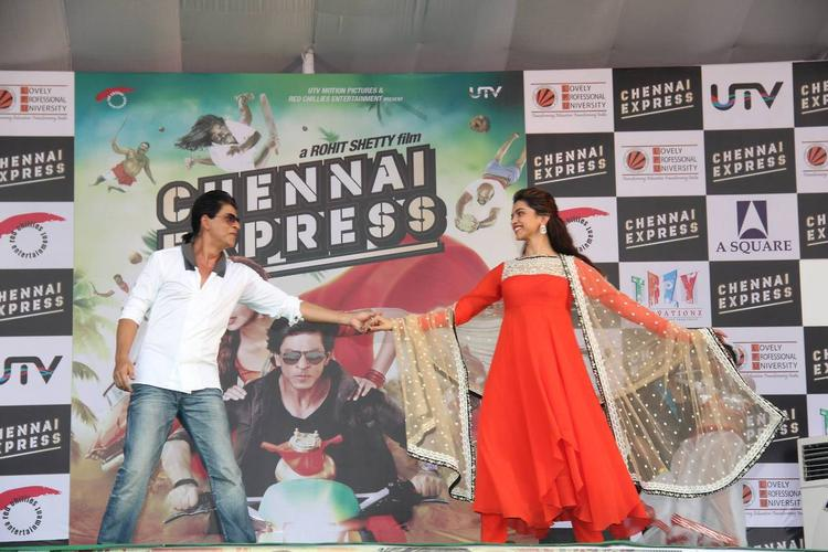 SRK And Deepika Rocked On The Stage During The Promotion Of Chennai Express At LPU In Jalandhar