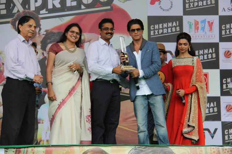 SRK,Deepika And Others Posed For Camera During The Promotion Of Chennai Express At LPU In Jalandhar