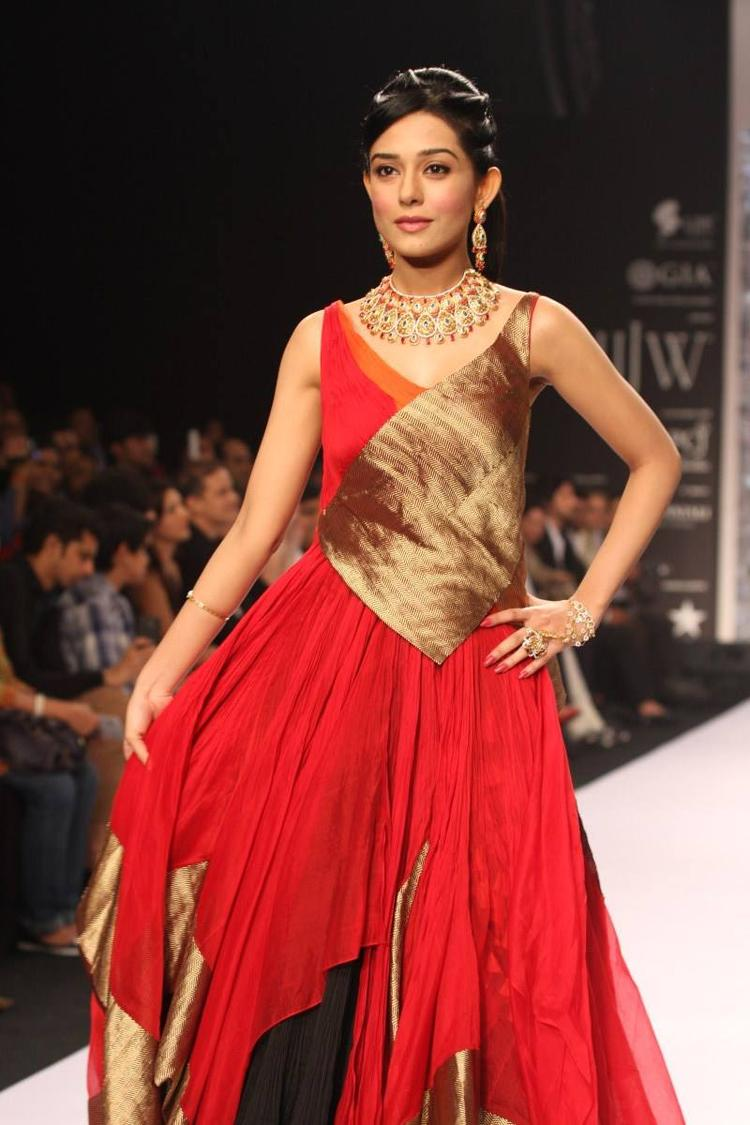 Amrita Rao Looking Fab In AGNI Jewels On The Ramp At IIJW 2013