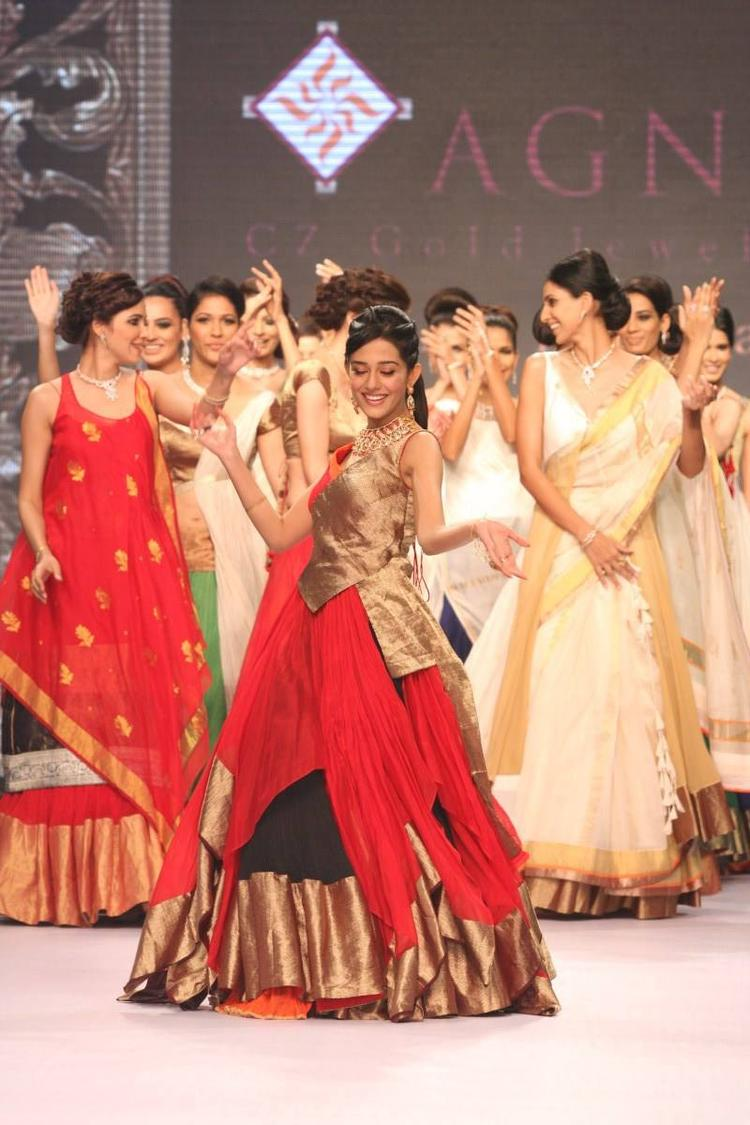 Amrita Rao Looking Gorgeous For AGNI Jewels At IIJW 2013