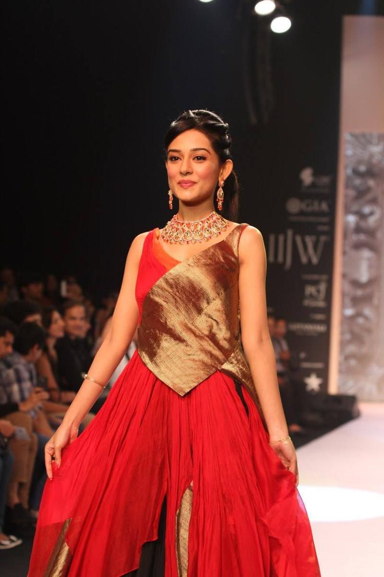 Amrita Rao Red Gown Hot Pic At IIJW 2013
