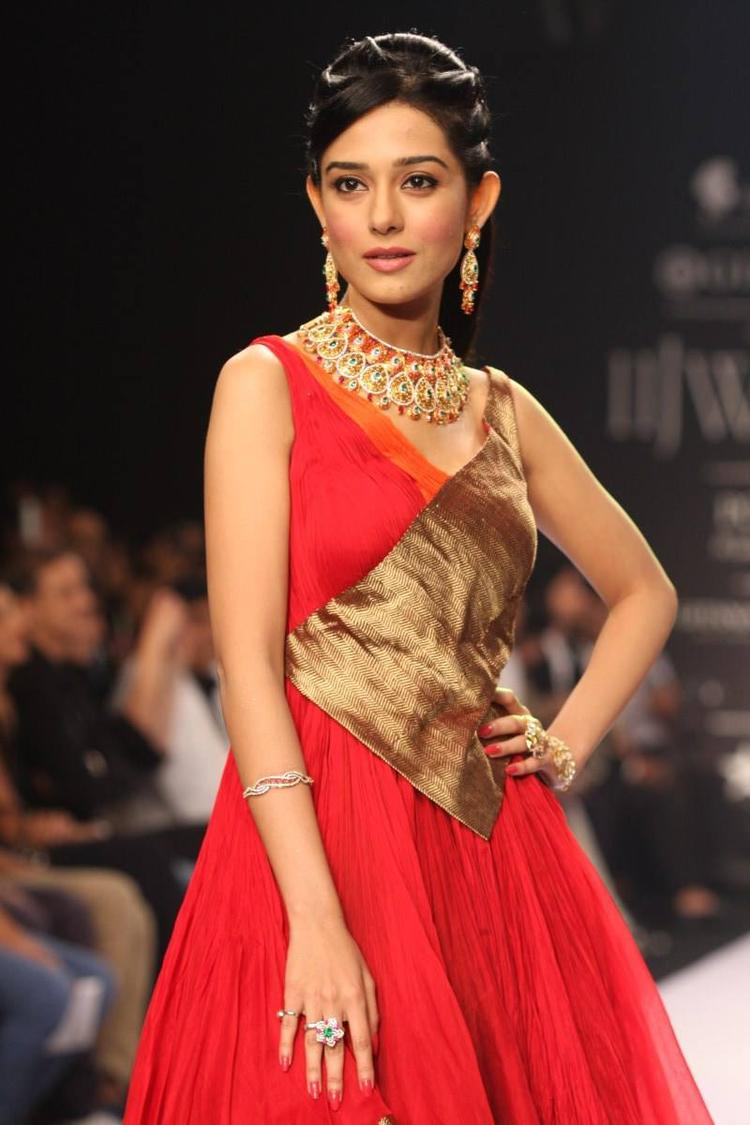 Amrita Rao Walks Ramp For Agni Jewels At IIJW 2013