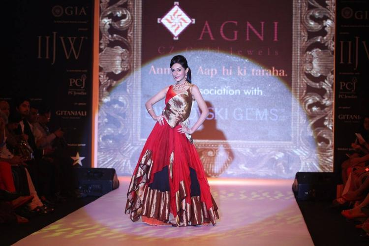 Amrita Rao Walks The Ramp For AGNI Jewels At IIJW 2013