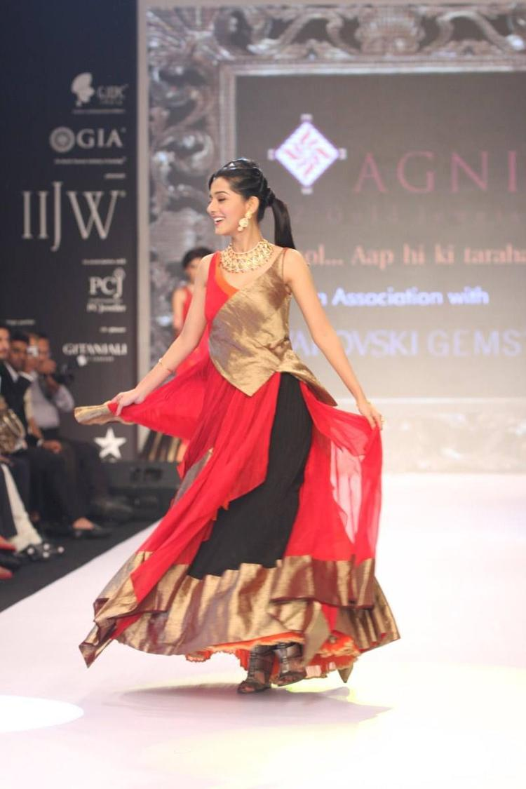 Amrita Rao Walks The Ramp Wearing AGNI Jewls At IIJW 2013