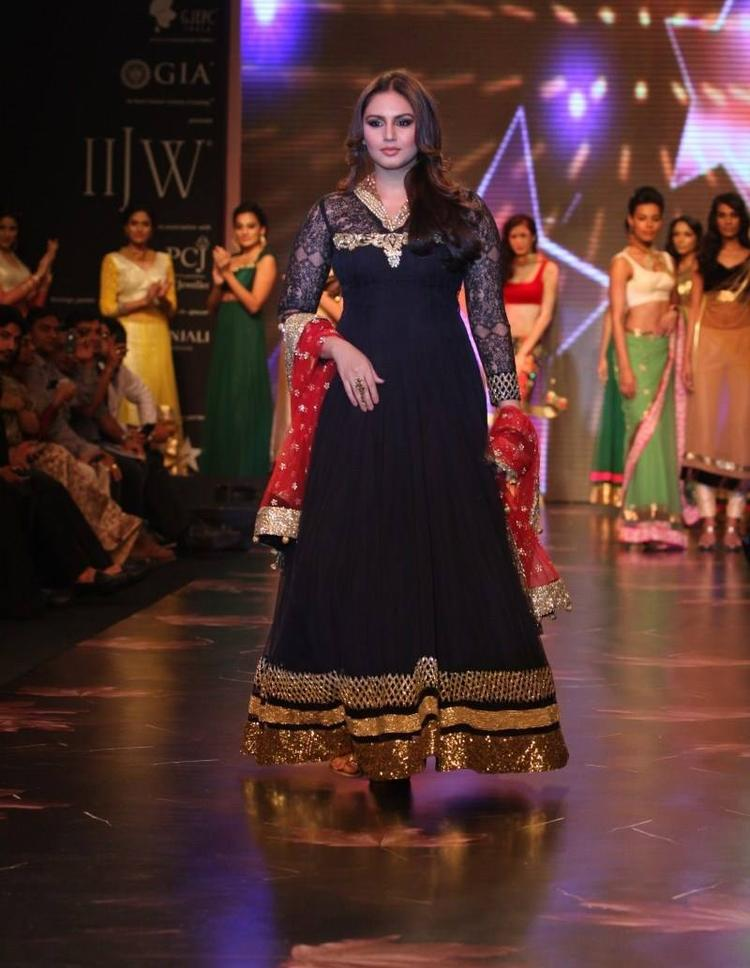 Huma Qureshi Looing Fab In Black Gown At IIJW 2013