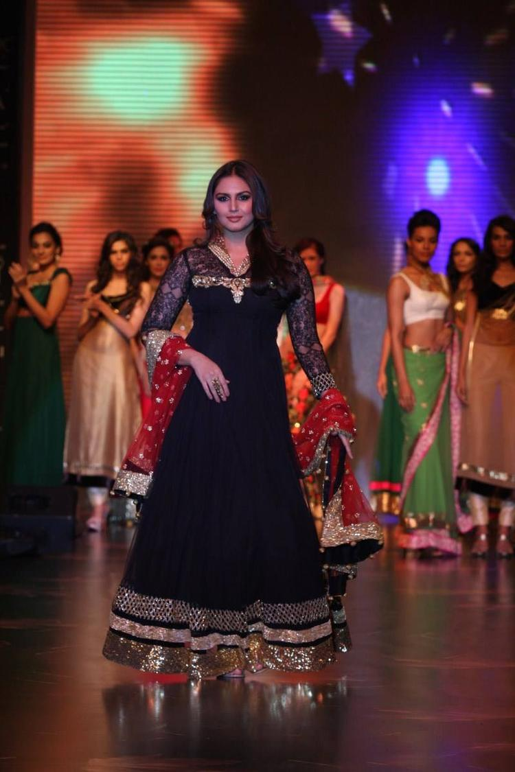Huma Qureshi Looking Beautiful In Black Dress On Ramp At IIJW 2013