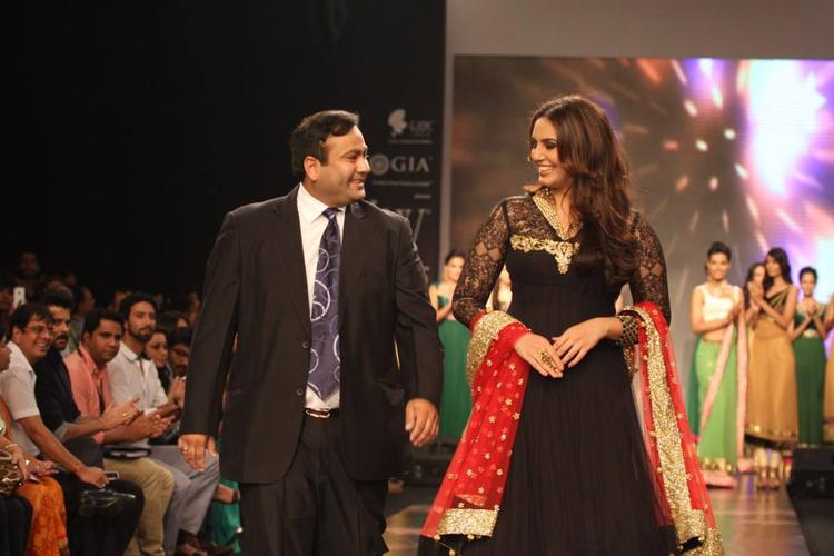 Huma Qureshi With Nirav Modi Walking The Ramp For Auro Gold Show At The IIJW 2013
