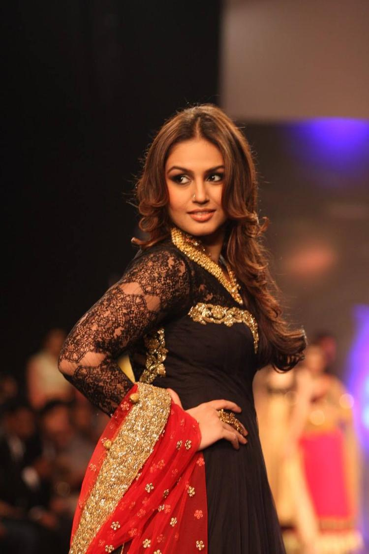 Huma Qureshi Stunning Pic At The IIJW 2013 For Auro Gold Show