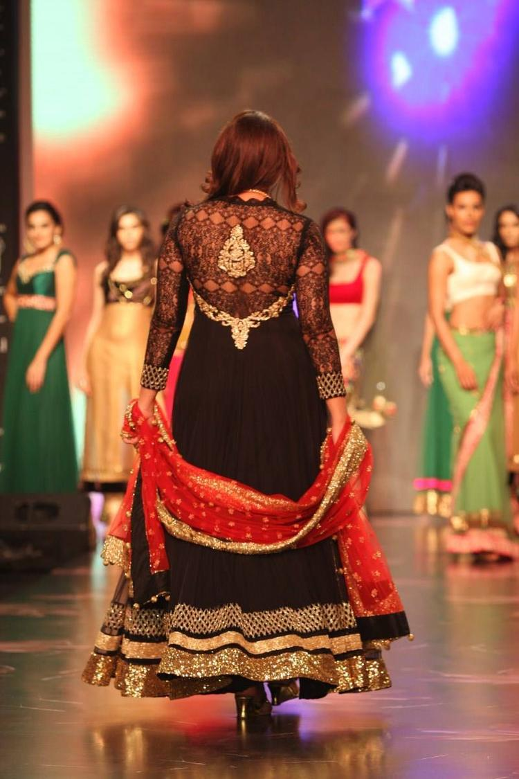Huma Qureshi Walking The Ramp At IIJW For Auro Gold Show