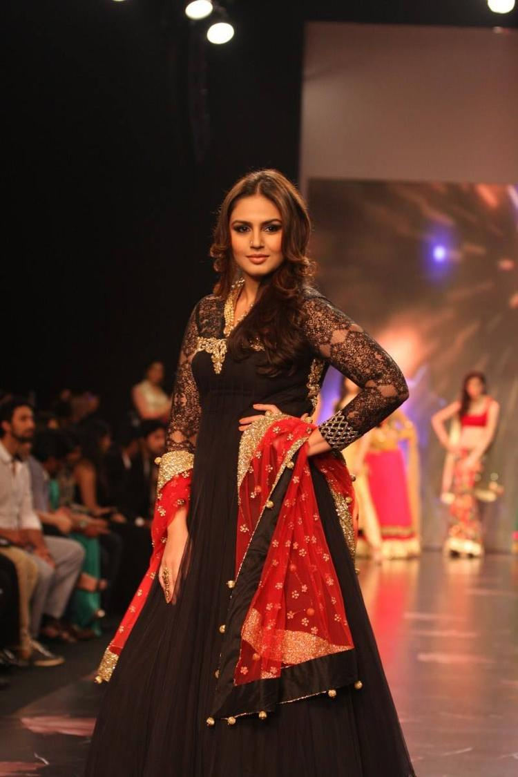Showstopper Huma Qureshi Walking The Ramp For Auro Gold Show At The IIJW 2013