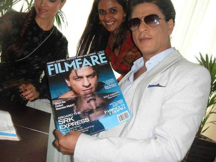 SRK Shows The Cover Page Of Magazine At Dubai Promotion