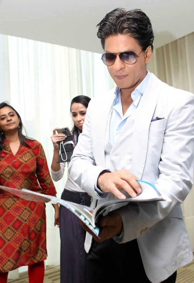 SRK Watch The Filmfare Magazine At Dubai Promotion