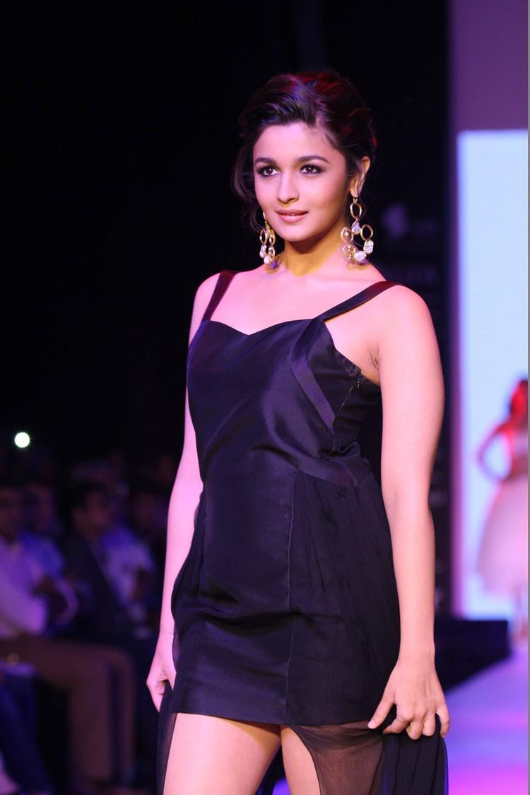 Alia Bhatt Looks Hot On Ramp At IIJW 2013 For Abharan Jewellers