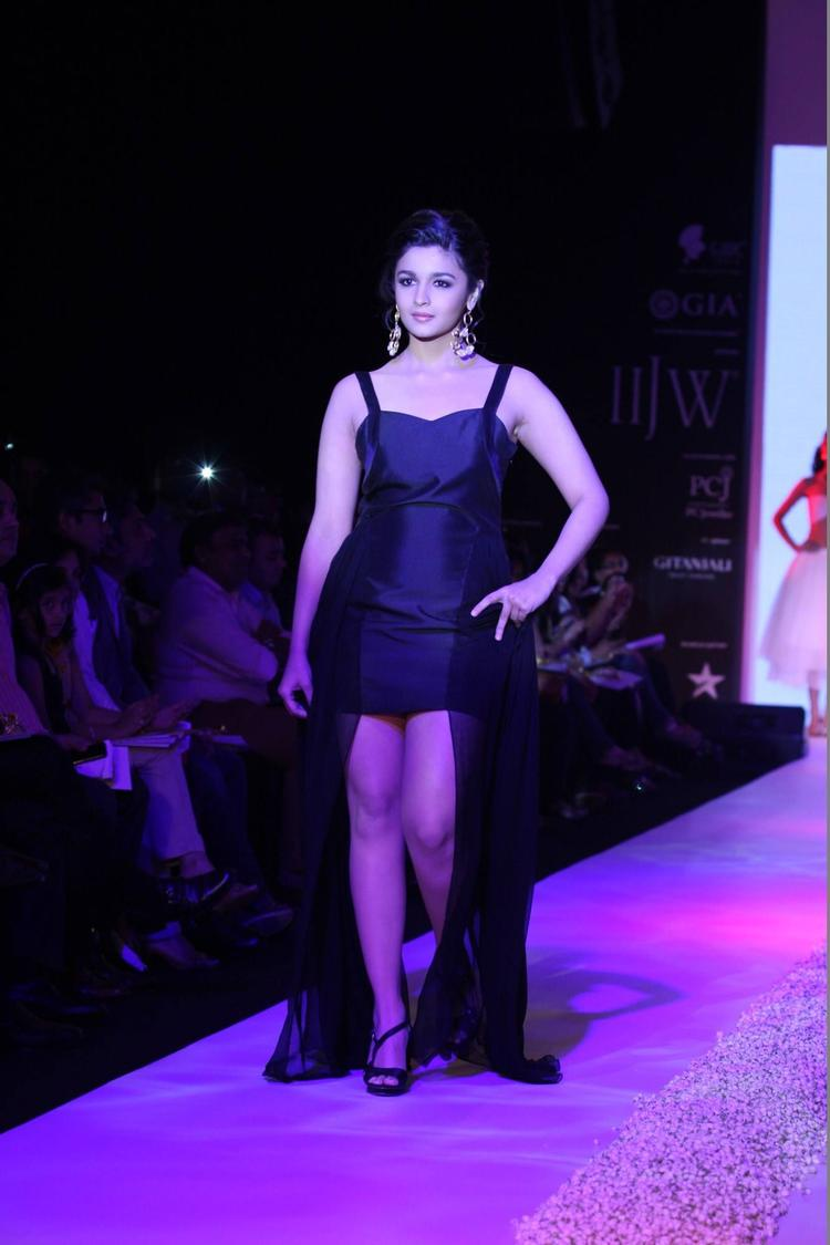 Alia Bhatt Showstopper For Abharan Jewellers At IIJW 2013