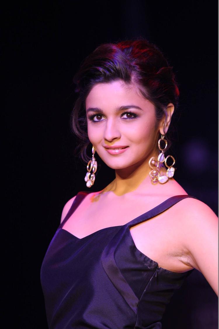 Alia Bhatt Stunning Pic In Abharan Jewellers At IIJW 2013