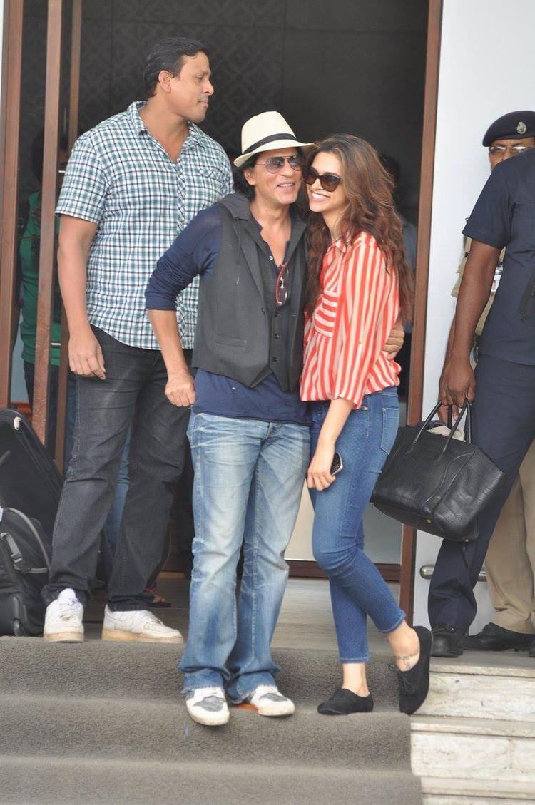SRK And Deepika Cool Smiling Look Photo Still