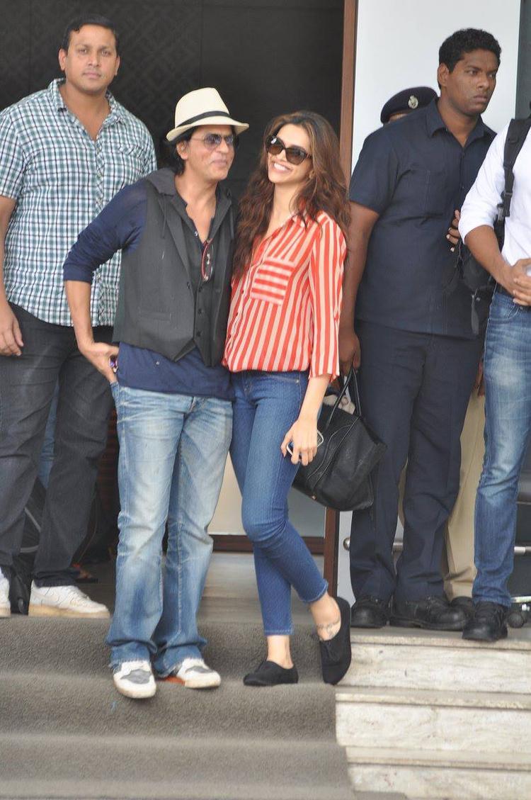 SRK And Deepika Get Cozy Look Photo Still
