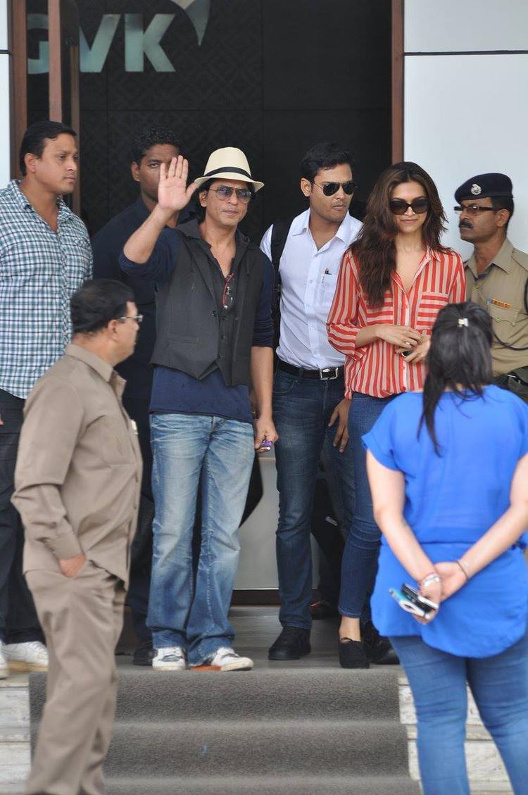 SRK And Deepika Greet Their Fans Photo Still