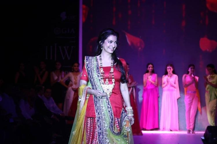 Juhi Chawla Looking Fab In Shringar Jewels  At IIJW 2013