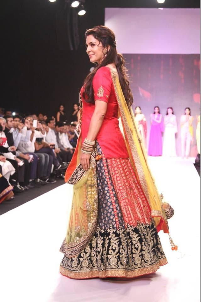 Juhi Chawla Walks For Shringar Jeweller's Mangalsutra Collection At IIJW 2013